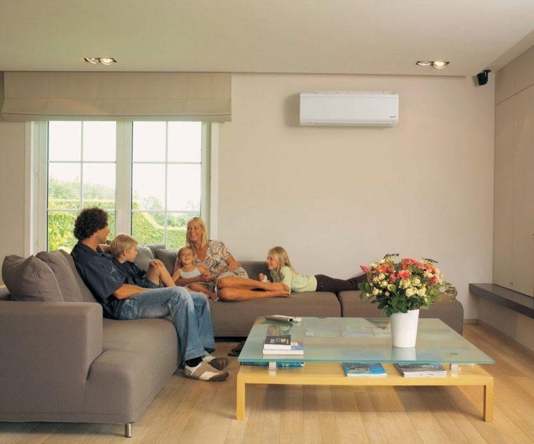 Família conversando em ambiente com ar condicionado